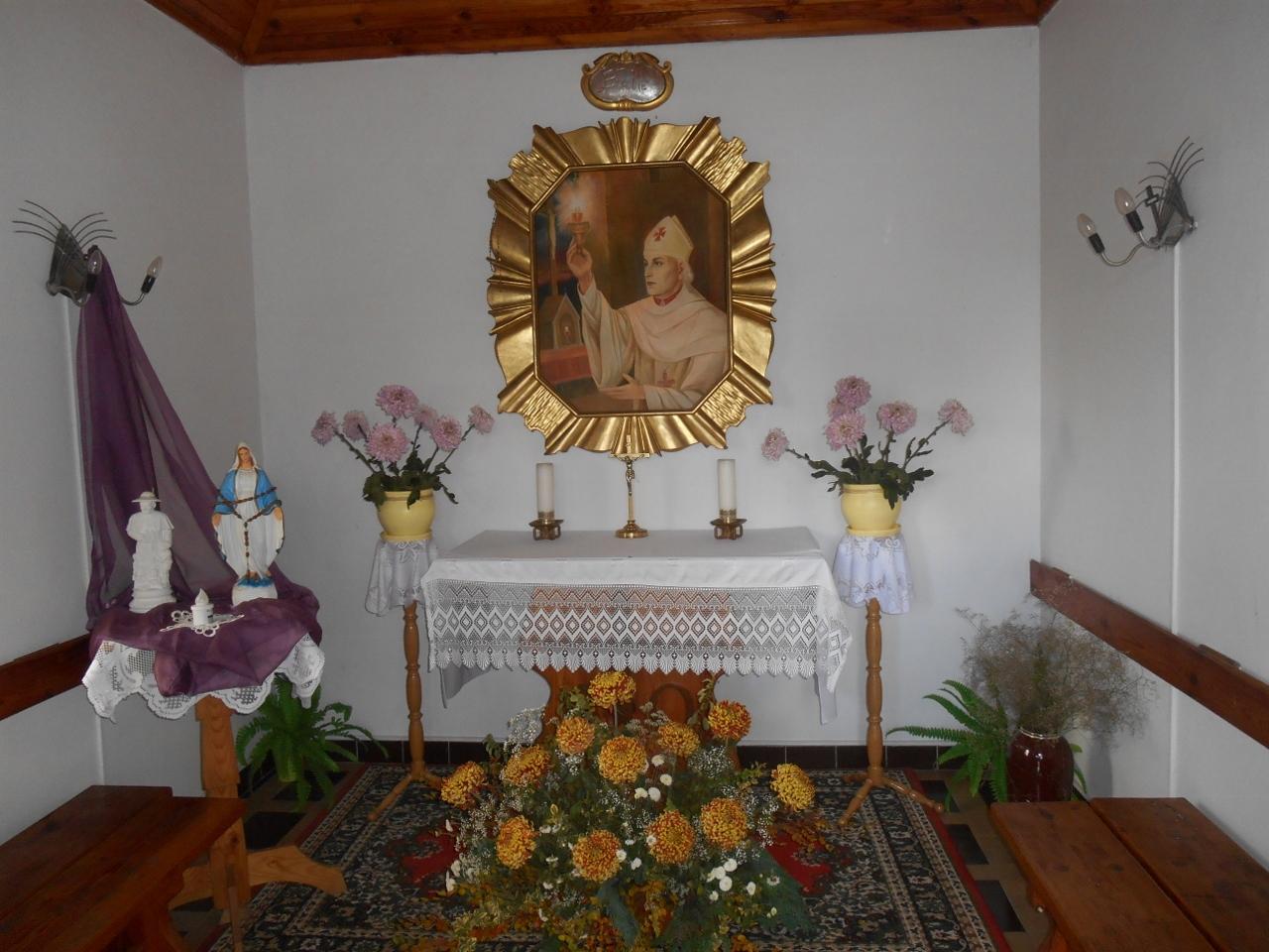 Wnętrze kapliczki bł. Wincentego Kadłubka